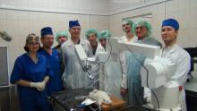 Коллектив медиков и специалистов СКТБ ПР во время доклинических испытаний роботизированного медицинского манипулятора